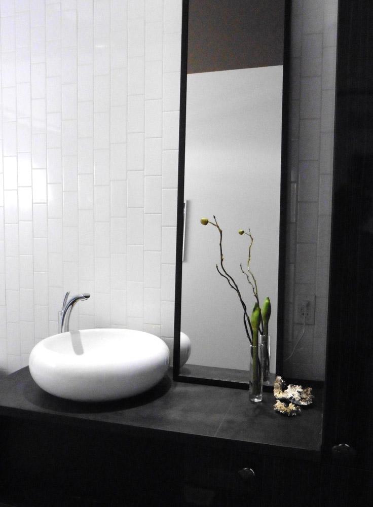 Salle de bains le blanc domine le noir accentue for Lavabo noir salle de bain